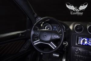 Volkswagen Tоuareg – полная шумоизоляция автомобиля. Частичная перетяжка сидений и дверных карт. Перетяжка руля и ручки КПП. Комплексная перетяжка потолка с изменением цвета потолочного пластика. Пошив эксклюзивного комплекта ковров из немецкой экокожи