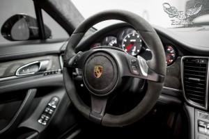 Porsche Panamera GTS - перетяжка селектора КПП и руля в алькантару